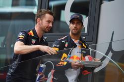 Simon Rennie, Red Bull Racing Race Engineer and Daniel Ricciardo, Red Bull Racing