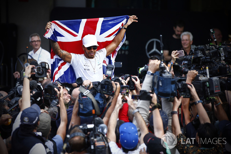 Льюис Хэмилтон празднует чемпионский титул