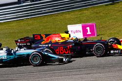 Daniel Ricciardo, Red Bull Racing RB13, Valtteri Bottas, Mercedes AMG F1 W08