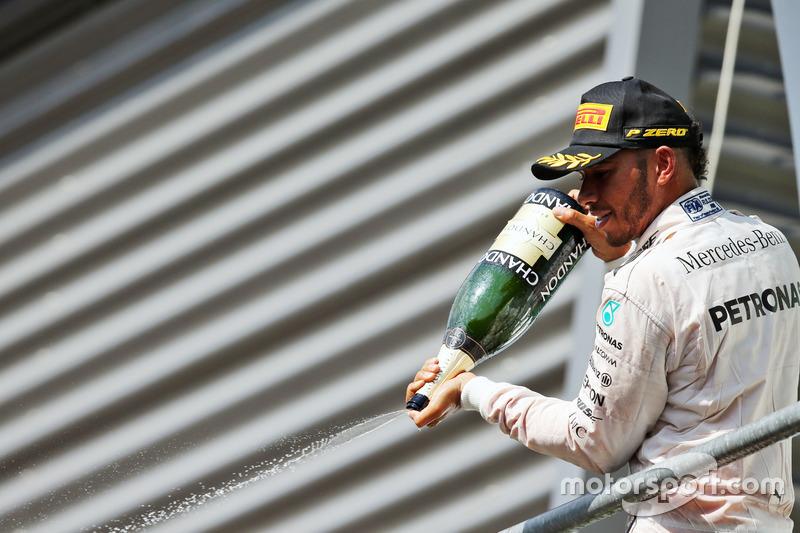 Podio: Lewis Hamilton, Mercedes AMG F1 festaggia il suo terzo posto con lo champagne sul podio