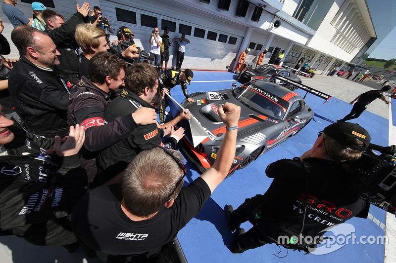 Podio: i vincitori #84 AMG Team HTP Motorsport Mercedes AMG GT3: Dominik Baumann, Maximilian Bühk