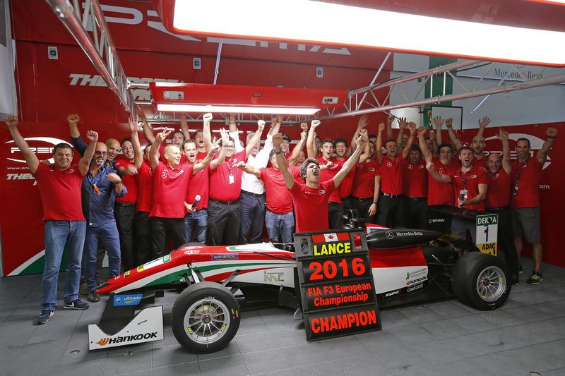Kampioen 2016 Lance Stroll, Prema Powerteam Dallara F312 – Mercedes-Benz viert met het team