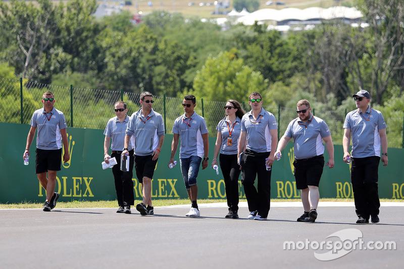 Pascal Wehrlein, Manor Racing walks the circuit with the team