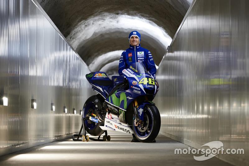 Movistar Yamaha MotoGP Teamdirektor Massimo Meregalli mit der 2016 Yamaha YZR-M1 von Valentino Rossi