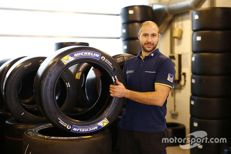 Técnico de Michelin en el trabajo