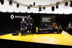 (L to R): Kevin Magnussen, Renault F1 Team with Jolyon Palmer, Renault F1 Team