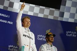 Подиум: победитель - Нико Росберг, Mercedes AMG F1 Team и третье место - Льюис Хэмилтон, Mercedes AMG F1 Team