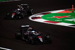 Дженсон Баттон, McLaren MP4-31, и Фернандо Алонсо, McLaren MP4-31