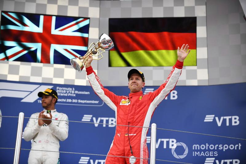 Sebastian Vettel, Ferrari, festeggia con il trofeo, sul podio