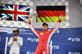 Sebastian Vettel, Ferrari avec son trophée sur le podium