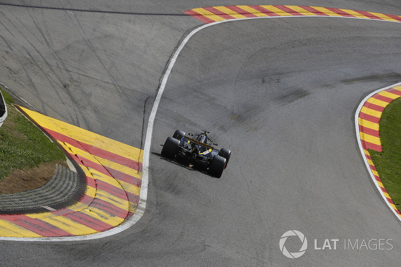 Nico Hulkenberg, Renault Sport F1 Team R.S. 18, strikes up sparks