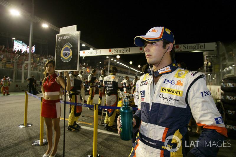 Даже его напарнику Нельсиньо Пике, проваливавшему сезон, удалось стать вторым в Германии. Там ему крайне повезло заправиться до конца гонки прямо перед выездом сейфти-кара. Возможно, именно тот случай навел кое-кого в Renault на мысль, которая и сделала Сингапур-2008 таким знаменитым