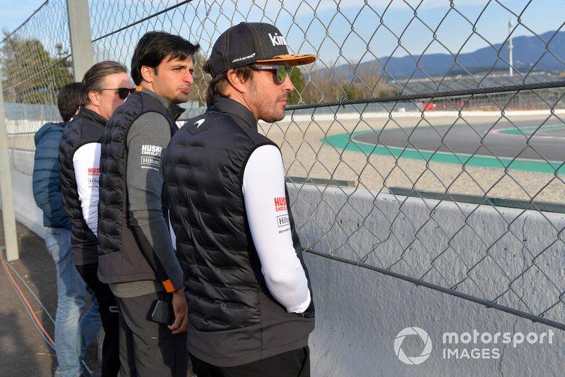 Zak Brown, McLaren Racing CEO, Carlos Sainz Jr., McLaren y Fernando Alonso Fernando Alonso observa las acciones en pista