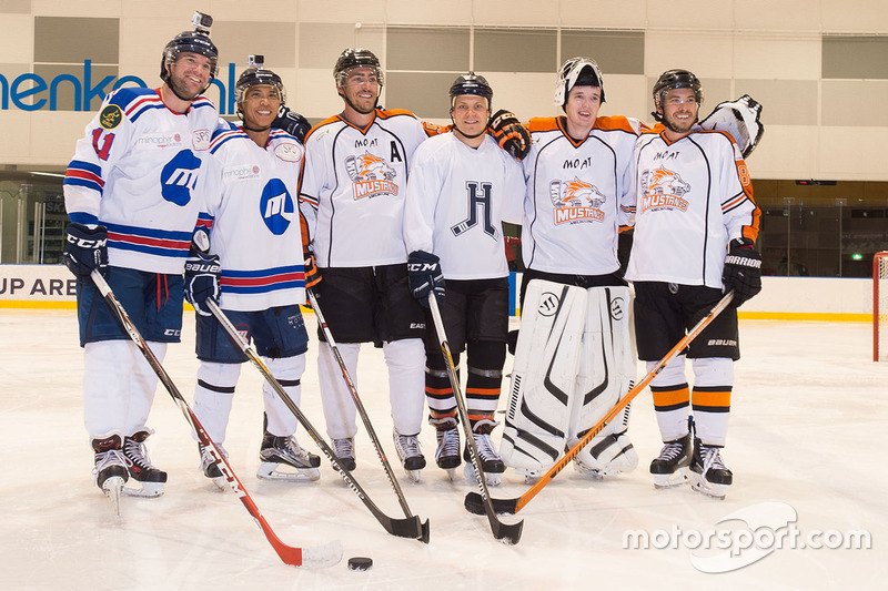 Valtteri Bottas, Mercedes AMG F1 mit Melbourne Ice und Melbourne Mustangs Eishockeyspielern