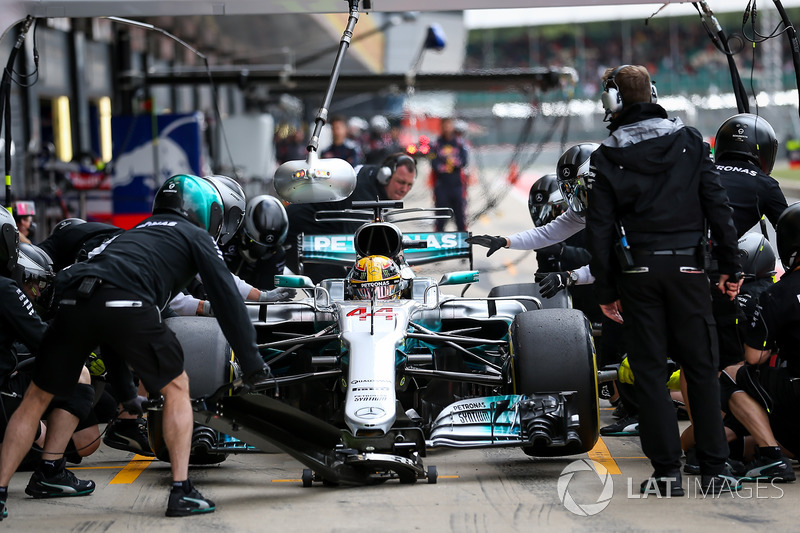 Lewis Hamilton, Mercedes AMG F1 makes a pitstop