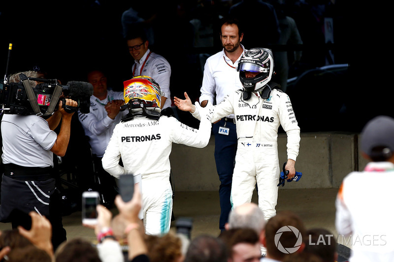 Ganador Lewis Hamilton, Mercedes AMG F1, celebra en el parc ferme, Valtteri Bottas, Mercedes AMG F1