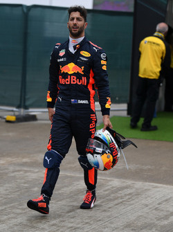 Daniel Ricciardo, Red Bull Racing walks in after stopping on track