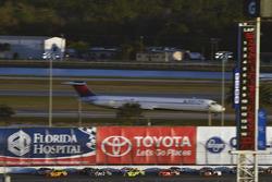 Joey Logano, Team Penske Ford and Chase Elliott, Hendrick Motorsports Chevrolet