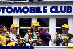 Ян Ламмерс, Джонни Дамфрис и Энди Уоллес, Jaguar XJR-9 LM на подиуме