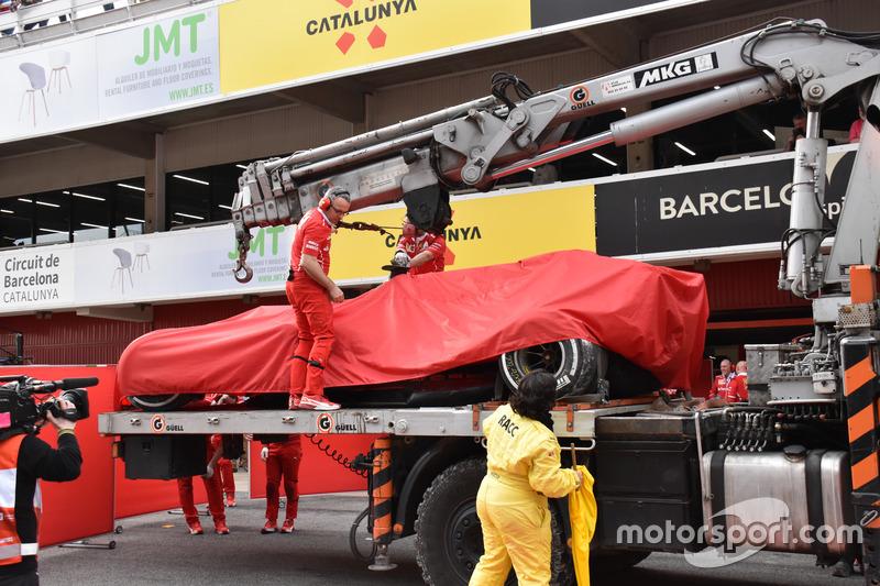 El Ferrari SF70H de Kimi Raikkonen es devuelto al pitlane en una grúa