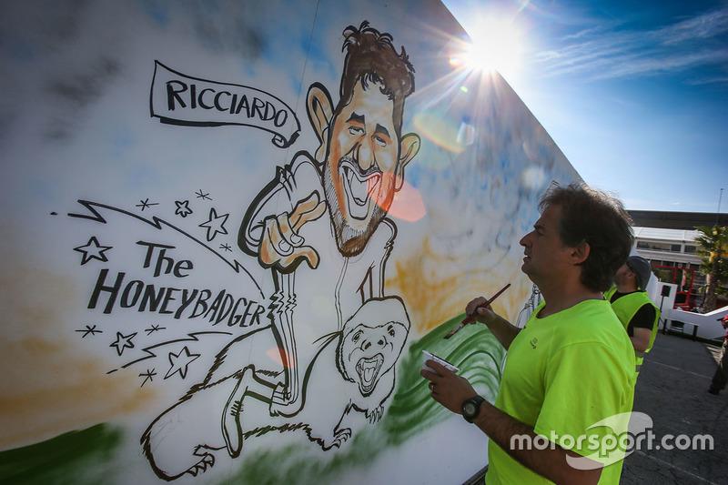 Художник рисует шарж на Даниэля Риккардо