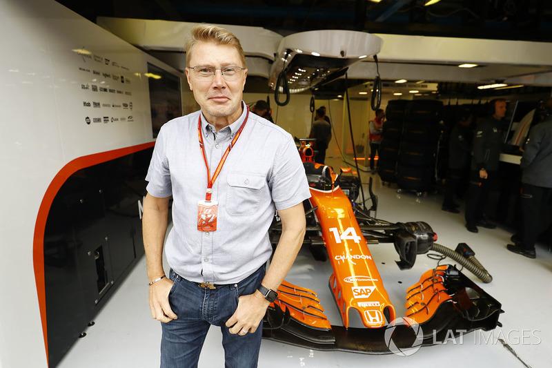Mika hakkinen en dehors du garage mclaren gp d 39 italie for Garage formule m
