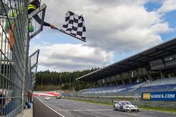 Checkered flag for #911 Herberth Motorsport Porsche 991 GT3 R: Daniel Allemann, Robert Renauer, Alfred Renauer
