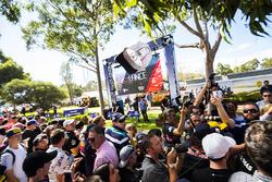 Lewis Hamilton, Mercedes AMG, firma de autógrafos para los aficionados
