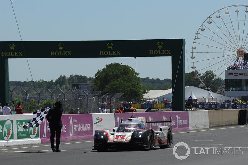 E quem era dado como descartado, venceu: o Porsche #2, de Timo Bernhard, Earl Bamber e Brendon Hartley recuperou 19 voltas para vencer a 85ª edição das 24 Horas de Le Mans.