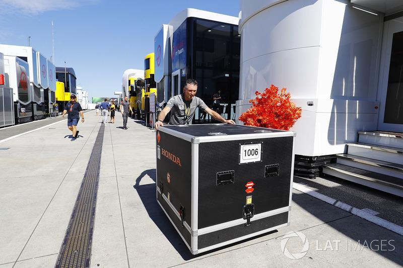 Padokta McLaren ekipmanı