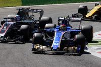 Pascal Wehrlein, Sauber C36-Ferrari, Romain Grosjean, Haas F1 Team VF-17, Jolyon Palmer, Renault Sport F1 Team RS17