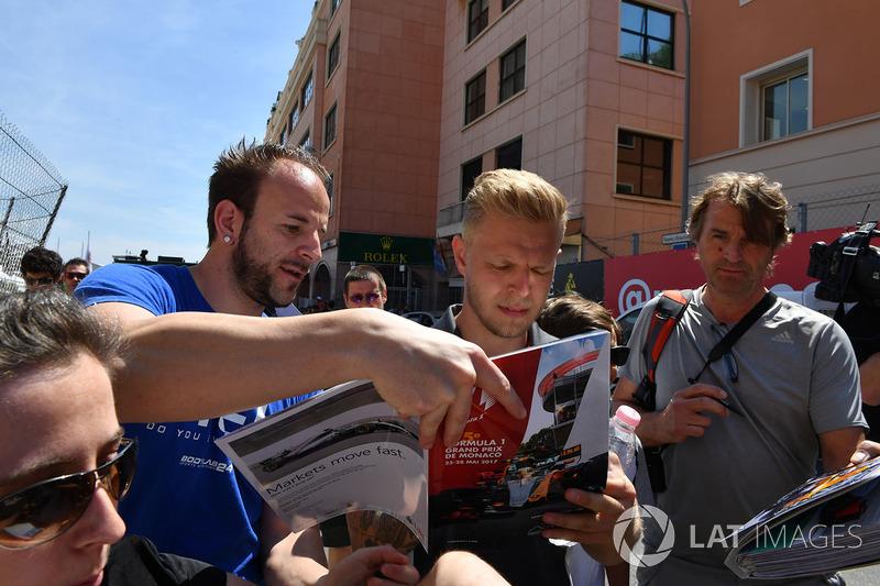 Kevin Magnussen, Haas F1 signe des autographes pour les fans