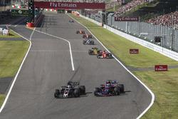 Ромен Грожан, Haas F1 Team VF-17, и Пьер Гасли, Scuderia Toro Rosso STR12