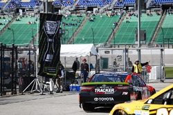 Martin Truex Jr., Furniture Row Racing Toyota e una banndiera Monster Energy Championship