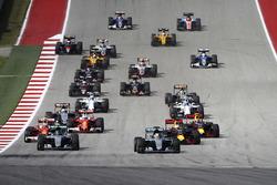 Льюіс Хмілтон, Mercedes-Benz F1 W07, попереду Ніко Росберга, Mercedes-Benz F1 W07, на старті гонки