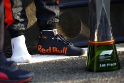 Il trofeo del vincitore e la scarpa di Daniel Ricciardo, Red Bull Racing, 1° classificato
