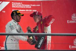 Podio: ganador de la carrera Lewis Hamilton, Mercedes-AMG F1 y el tercer lugar Kimi Raikkonen, Ferrari celebran