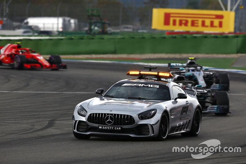 El safety por delante de Lewis Hamilton, Mercedes AMG F1 W09, Valtteri Bottas, Mercedes AMG F1 W09 y Kimi Raikkonen, Ferrari SF71H