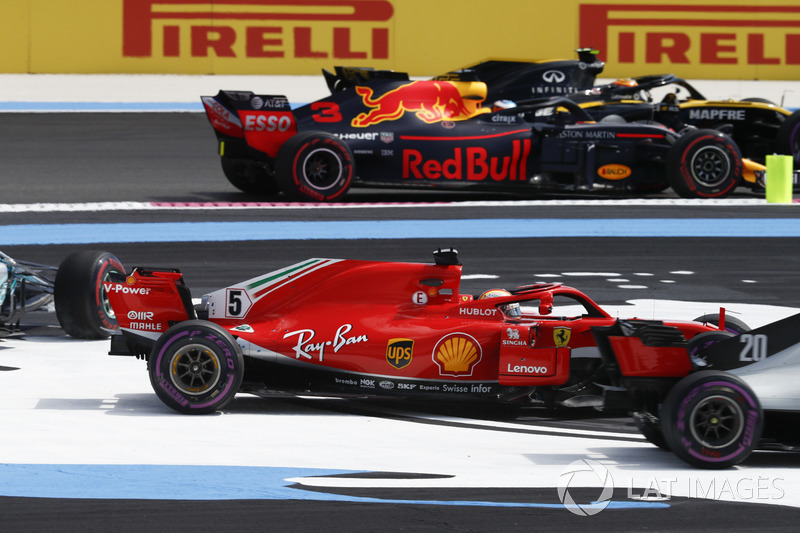 Carlos Sainz Jr., Renault Sport F1 Team R.S. 18, Daniel Ricciardo, Red Bull Racing RB14, pass by as Sebastian Vettel, Ferrari SF71H, Valtteri Bottas, Mercedes AMG F1 W09, go off track at the start