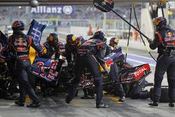 Sebastian Vettel, Red Bull Racing RB8 cambia su ala delantera