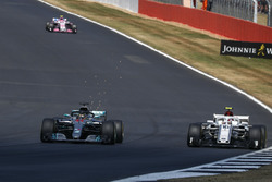 Lewis Hamilton, Mercedes-AMG F1 W09 y Charles Leclerc, Sauber C37