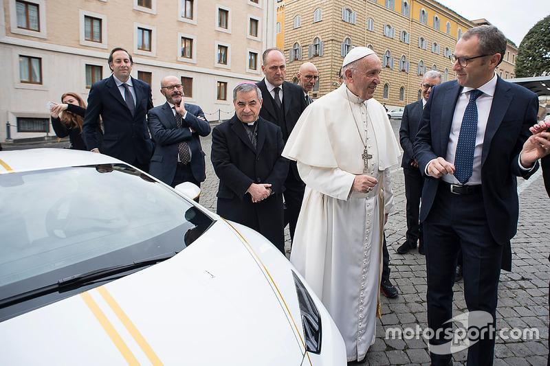 Папа Франциск та Стефано Доменікалі, виконавчий директор Lamborghini