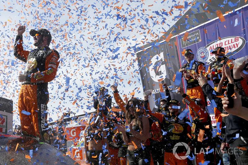 Race winner Martin Truex Jr., Furniture Row Racing, Toyota Camry Bass Pro Shops/5-hour ENERGY