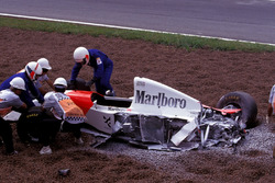 После аварии: Майкл Андретти, McLaren Ford MP4/8
