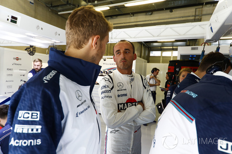 Sergey Sirotkin, Williams Racing, talks with Robert Kubica, Williams Martini Racing