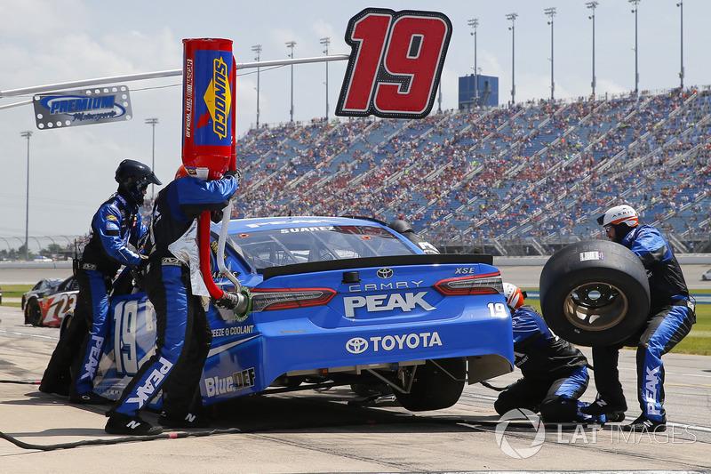 Daniel Suarez, Joe Gibbs Racing, Toyota Camry PEAK, pit stop