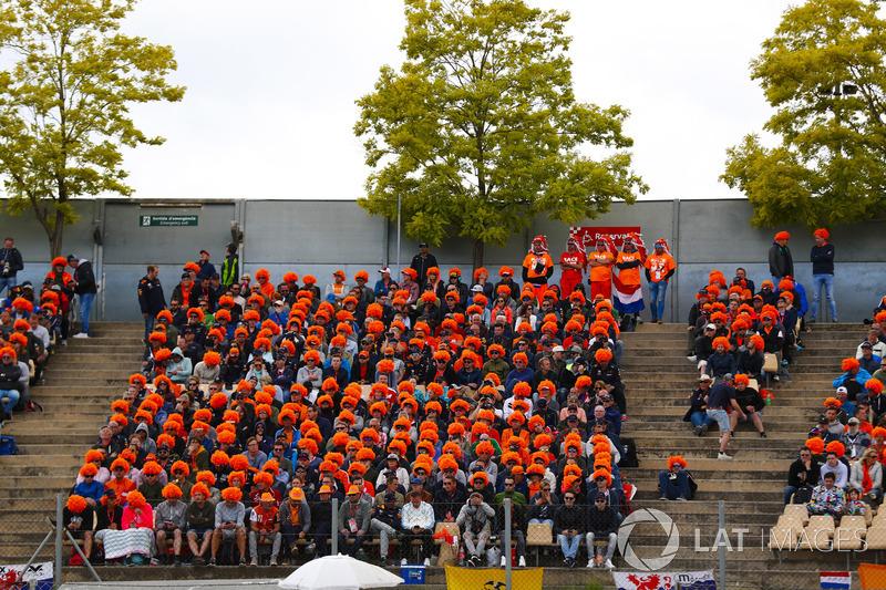 Los fanáticos holandeses de Max Verstappen, Red Bull Racing RB14, usan pelucas naranjas