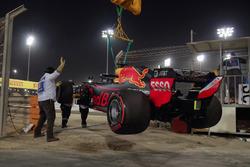 La voiture de Daniel Ricciardo est évacuée