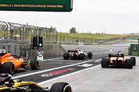 Фернандо Алонсо, McLaren MCL33, Маркус Ерікссон, Sauber C37, Стоффель Вандорн, McLaren MCL33