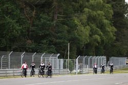 Alexander Wurz, Fernando Alonso, Sébastien Buemi, Kazuki Nakajima, Toyota Gazoo Racing, à vélo sur le circuit